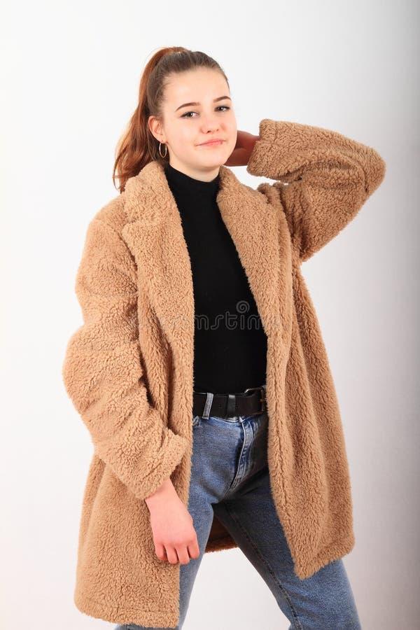 Ritratto di una ragazza nella giacca invernale fotografie stock libere da diritti