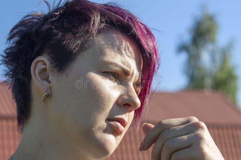 Ritratto di una ragazza di nidiata con capelli rosa breve potati fotografie stock libere da diritti