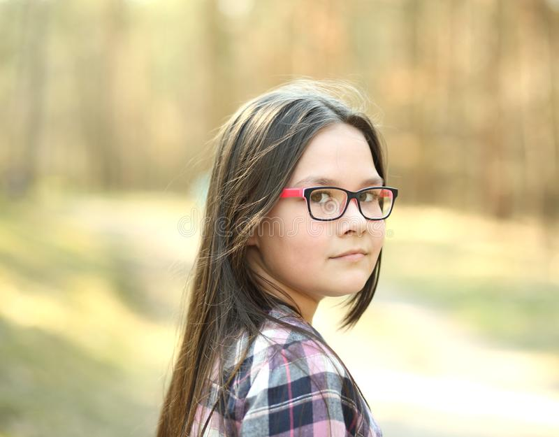 Ritratto di una ragazza in parco immagini stock libere da diritti