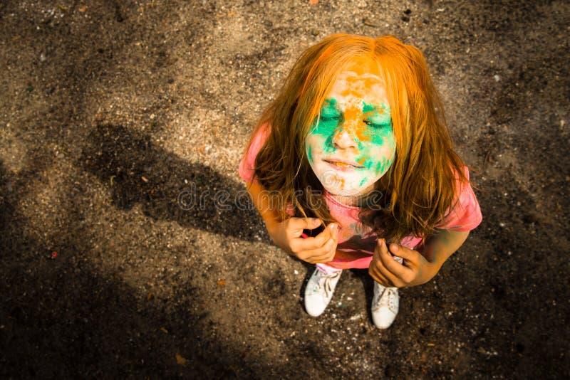 Ritratto di una ragazza per il festival indiano dei colori Holi immagini stock libere da diritti