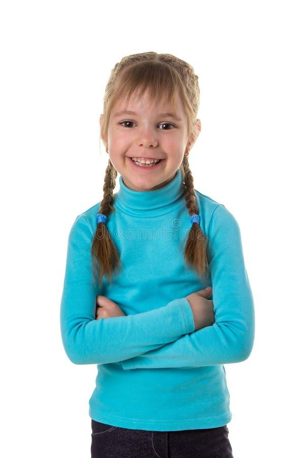 Ritratto di una ragazza sorridente allegra felice con le mani attraversate, fondo isolato bianco del paesaggio fotografie stock