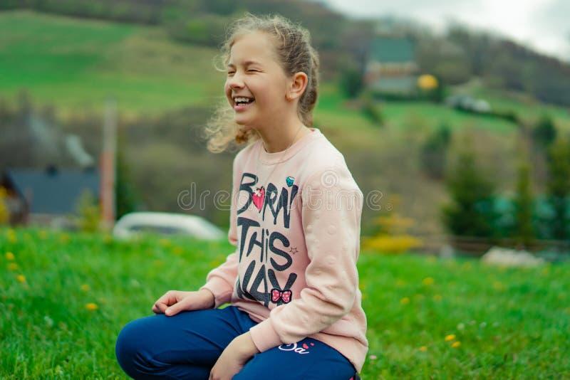 Ritratto di una ragazza sorridente felice del bambino all'aperto Bambina sveglia che gioca nel parco fotografia stock