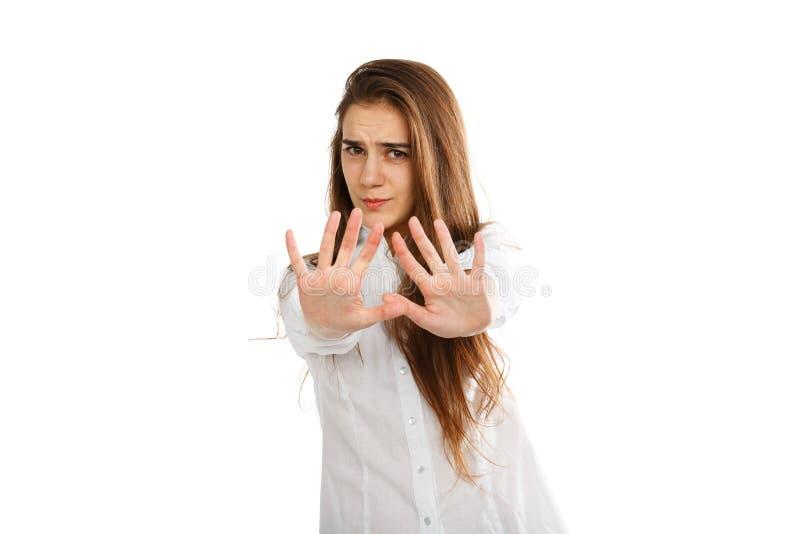Ritratto di una ragazza su un fondo bianco che dice la fermata immagine stock libera da diritti