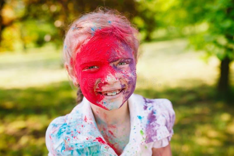 Ritratto di una ragazza sveglia dipinta nei colori del festival di Holi immagini stock libere da diritti
