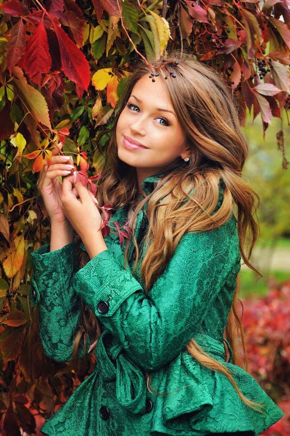 Ritratto di una ragazza sveglia in rivestimento verde fotografie stock