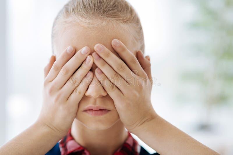 Ritratto di una ragazza triste di ribaltamento fotografia stock libera da diritti