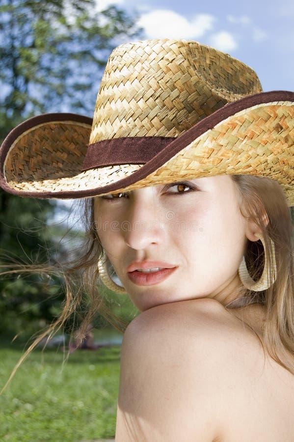 Ritratto di una ragazza in un cappello di cowboy fotografia stock libera da diritti