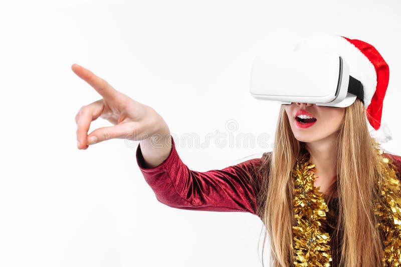 Ritratto di una ragazza in un cappello di Santa Claus con i vetri, 3D g fotografia stock libera da diritti