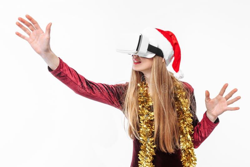 Ritratto di una ragazza in un cappello di Santa Claus con i vetri, 3D g immagini stock