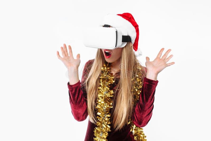 Ritratto di una ragazza in un cappello di Santa Claus con i vetri, 3D g fotografie stock