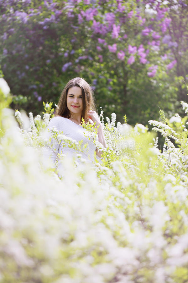 Ritratto di una ragazza in un cespuglio bianco immagine - Colorazione immagine di una ragazza ...