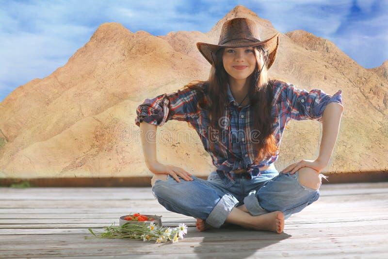 ritratto di una ragazza in uno stile del cowboy fotografie stock libere da diritti