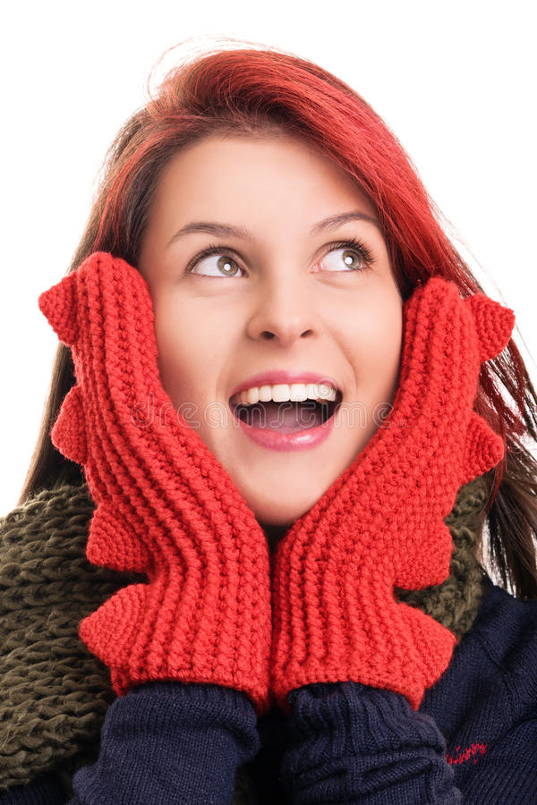 Ritratto di una ragazza in vestiti di inverno isolati sul BAC bianco fotografie stock libere da diritti