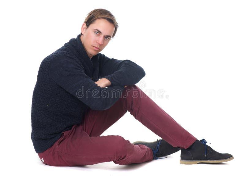 Ritratto di una seduta amichevole del giovane fotografie stock