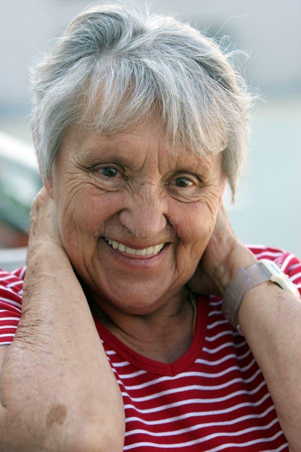 Ritratto di una signora anziana allegra, moglie. fotografia stock