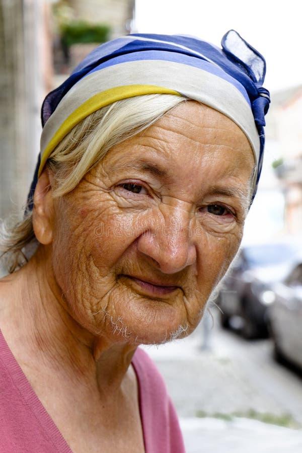 Ritratto di una signora anziana sulle vie dell'Armenia fotografie stock libere da diritti