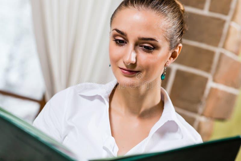 Ritratto di una signora piacevole al ristorante fotografie stock