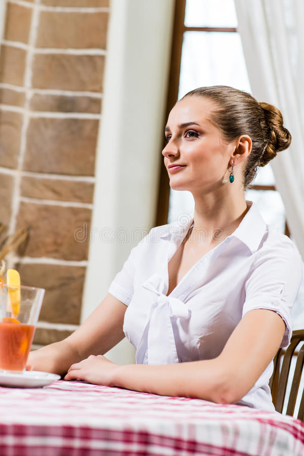Ritratto di una signora piacevole in un ristorante immagini stock libere da diritti