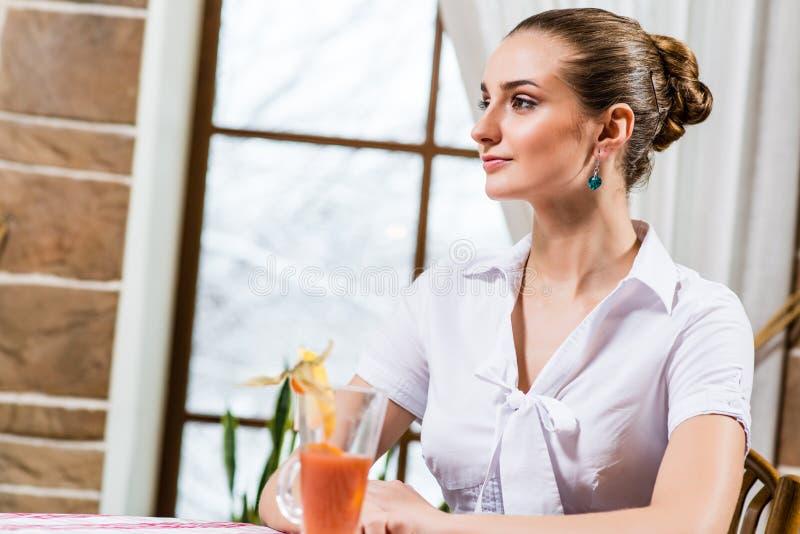 Ritratto di una signora piacevole in un ristorante fotografie stock libere da diritti