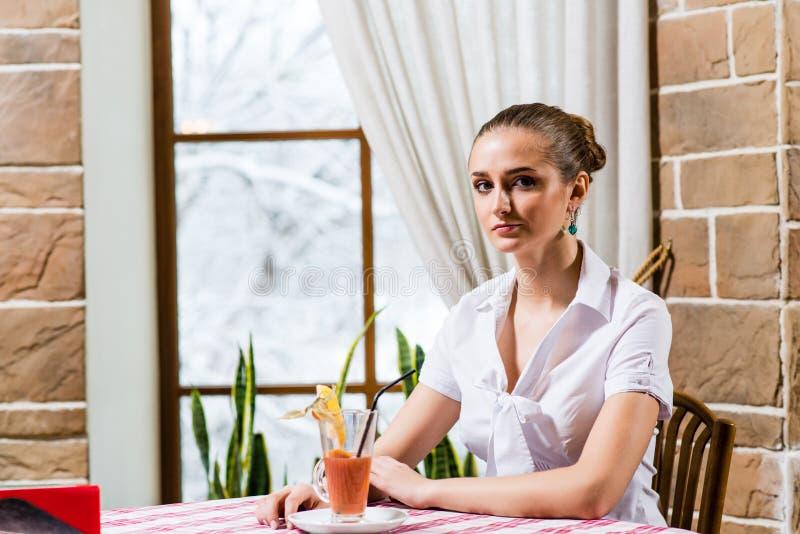 Ritratto di una signora piacevole in un ristorante immagine stock libera da diritti