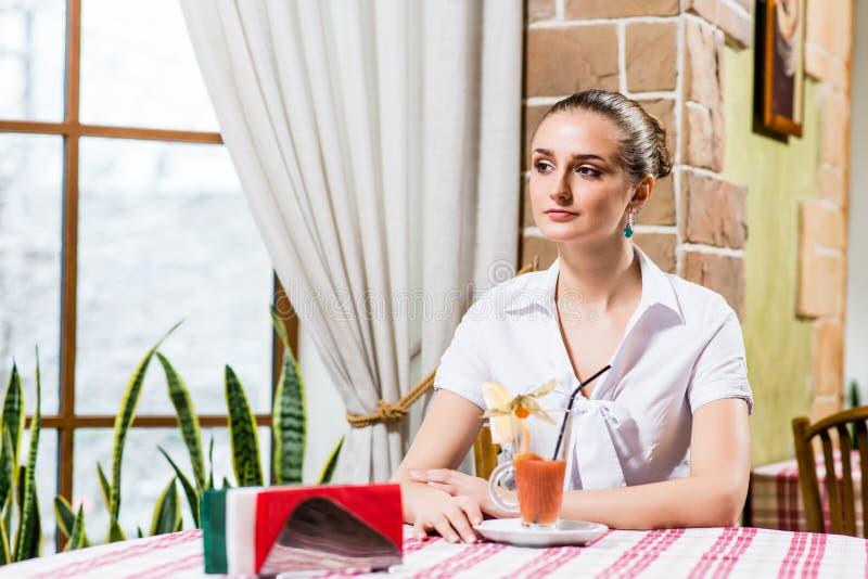 Ritratto di una signora piacevole in un ristorante fotografia stock