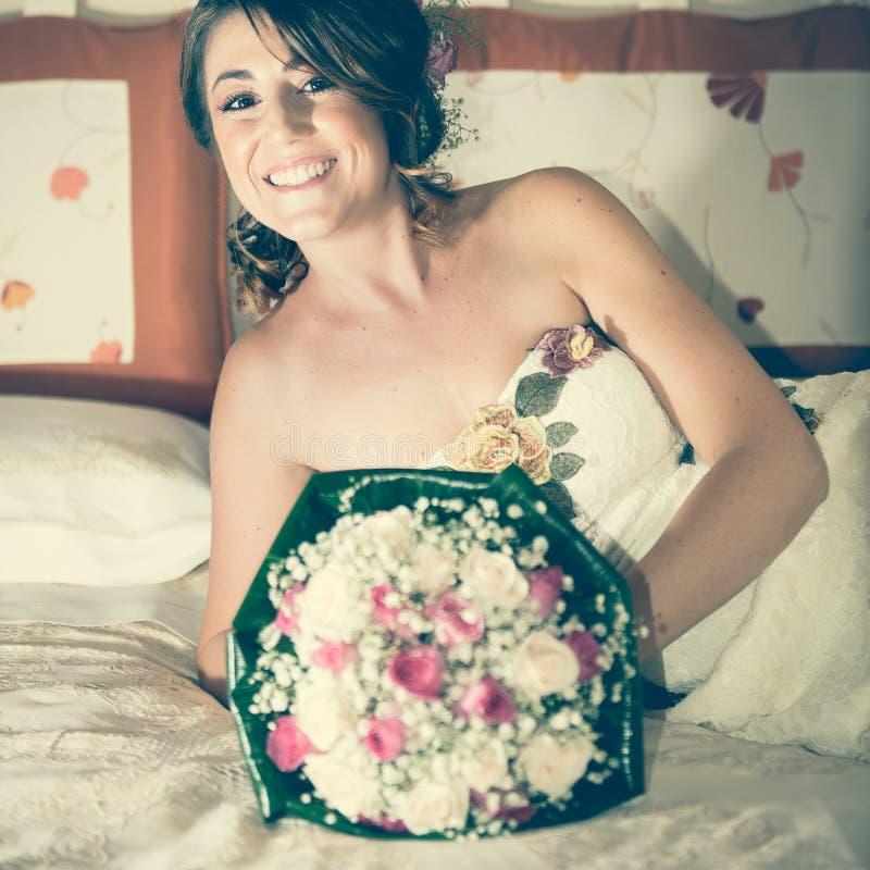 Ritratto di una sposa sul letto immagini stock