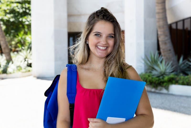 Ritratto di una studentessa bionda di risata fotografia stock libera da diritti