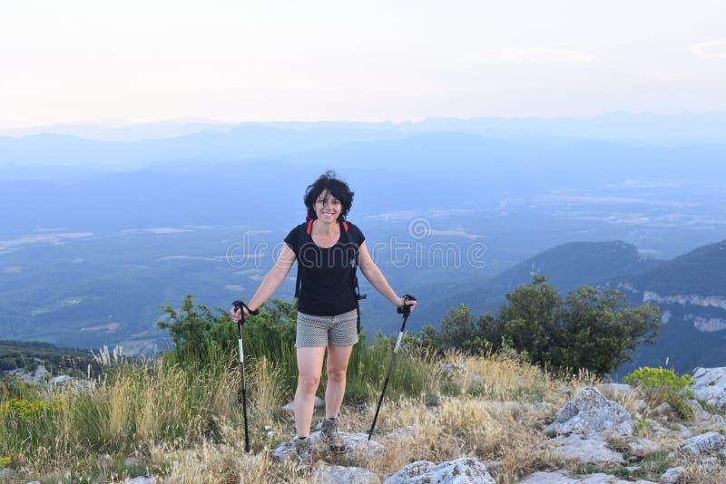 Ritratto di una viandante femminile che ha raggiunto la cima fotografia stock libera da diritti