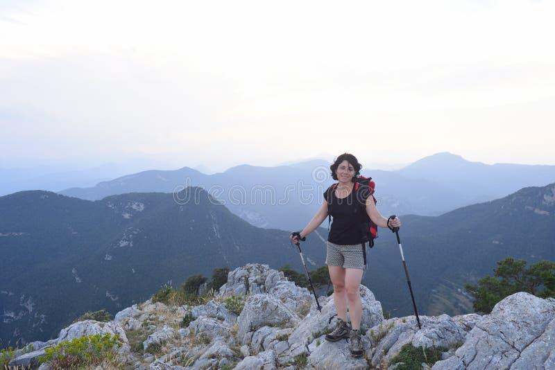 Ritratto di una viandante femminile che ha raggiunto la cima immagini stock libere da diritti