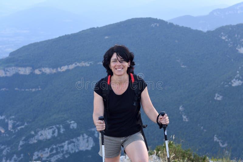 Ritratto di una viandante femminile che ha raggiunto la cima fotografia stock
