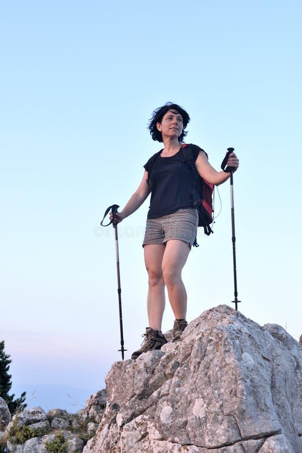Ritratto di una viandante femminile che ha raggiunto la cima immagine stock