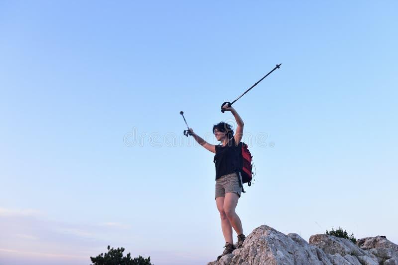 Ritratto di una viandante femminile che ha raggiunto la cima fotografie stock