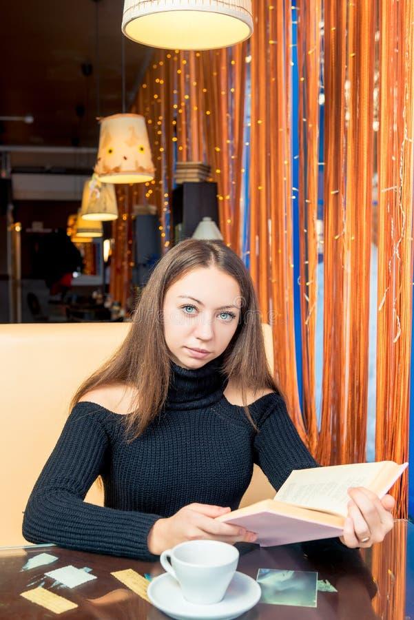Ritratto di uno studente con un libro interessante spesso fotografie stock
