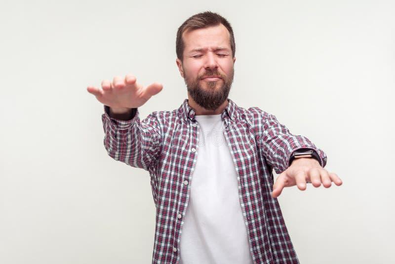 Ritratto di uomo barbuto disorientato che cerca la strada perduta, problemi di vista, cecità studio interno isolato su bianco immagini stock libere da diritti
