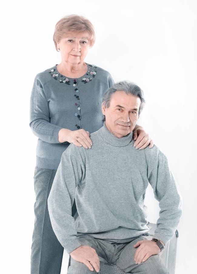Ritratto di vecchia coppia sveglia Isolato su priorit? bassa bianca immagine stock