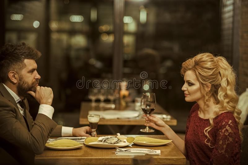 Ritratto di vista laterale delle coppie di risata che godono della data in caffè immagini stock libere da diritti