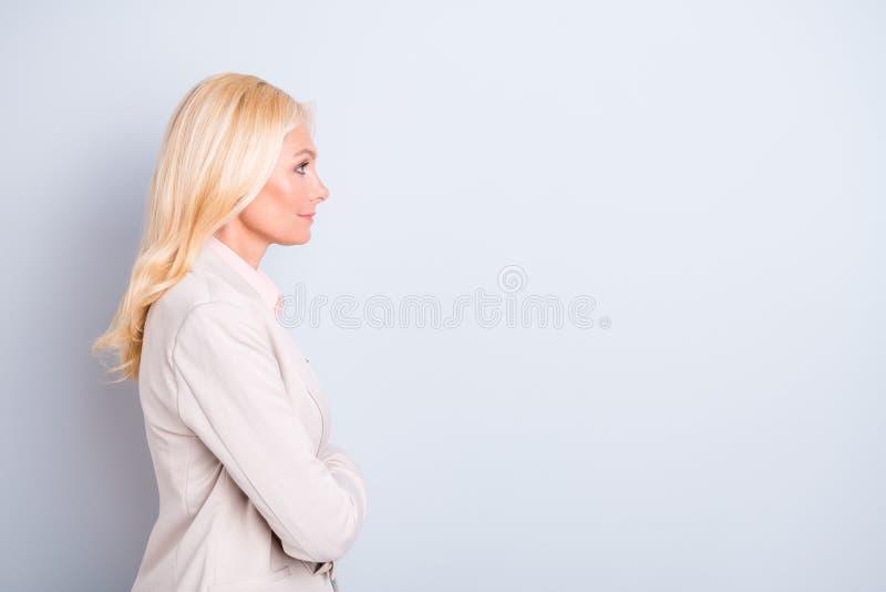 Ritratto di vista laterale di profilo dello spazio vuoto di genere della copia dai capelli ondulati calma pacifica adorabile attr fotografia stock