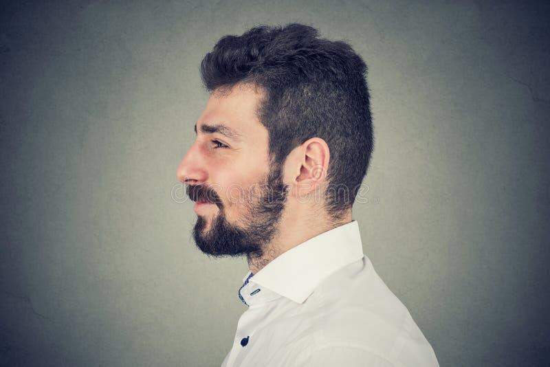 Ritratto di vista laterale di un uomo barbuto sorridente fotografia stock