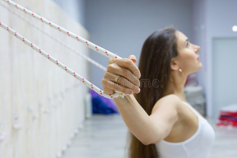 Ritratto di yoga di pratica della giovane donna splendida dell'interno Bella ragazza che sorride durante la classe di pratica Cal fotografia stock