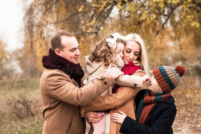 Ritratto divertente di giovane famiglia con due bambini fotografia stock libera da diritti
