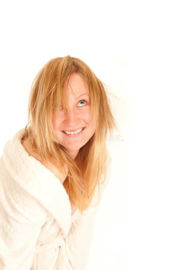 Ritratto divertente di giovane femmina in accappatoio immagine stock