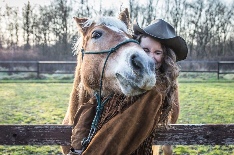 Ritratto divertente di una ragazza con un cavallo fotografie stock