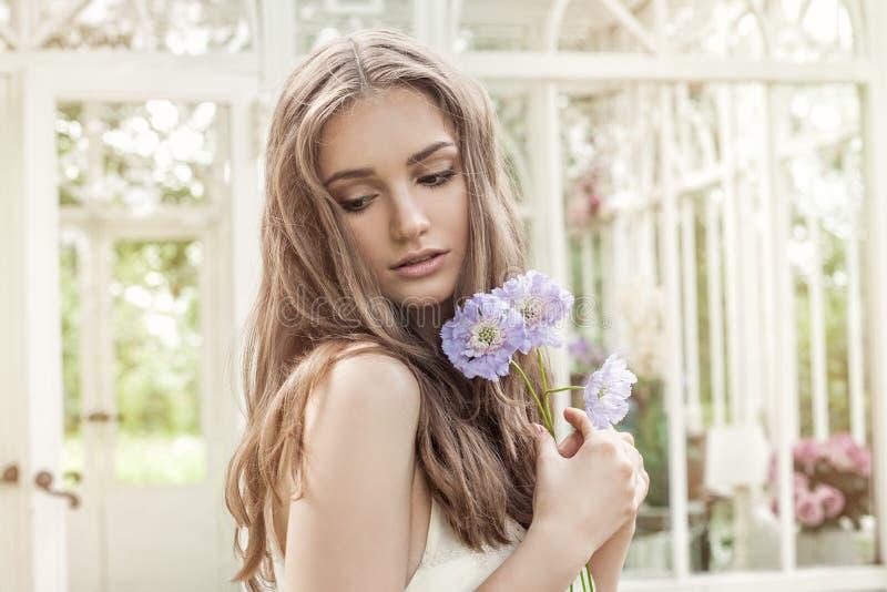 Ritratto dolce di giovane bello modello di moda della donna immagine stock