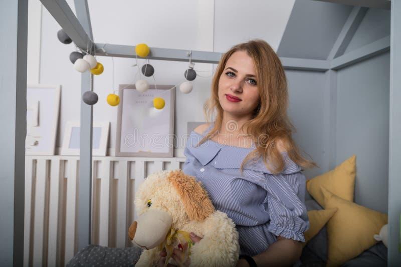 Ritratto domestico della donna felice incinta Mamma che prevede bambino La ragazza sui bambini inserisce immagini stock libere da diritti