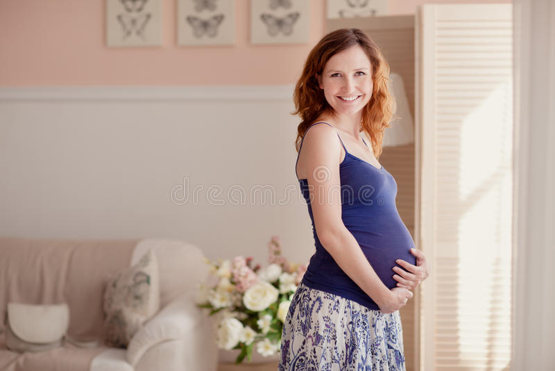 Ritratto domestico della donna incinta immagine stock libera da diritti