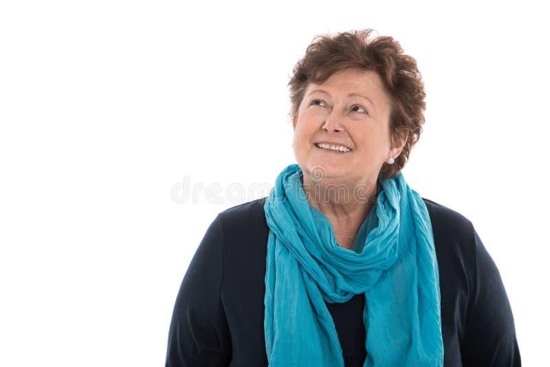 Ritratto: donna più anziana isolata sopra bianco che sorride fino al testo immagine stock