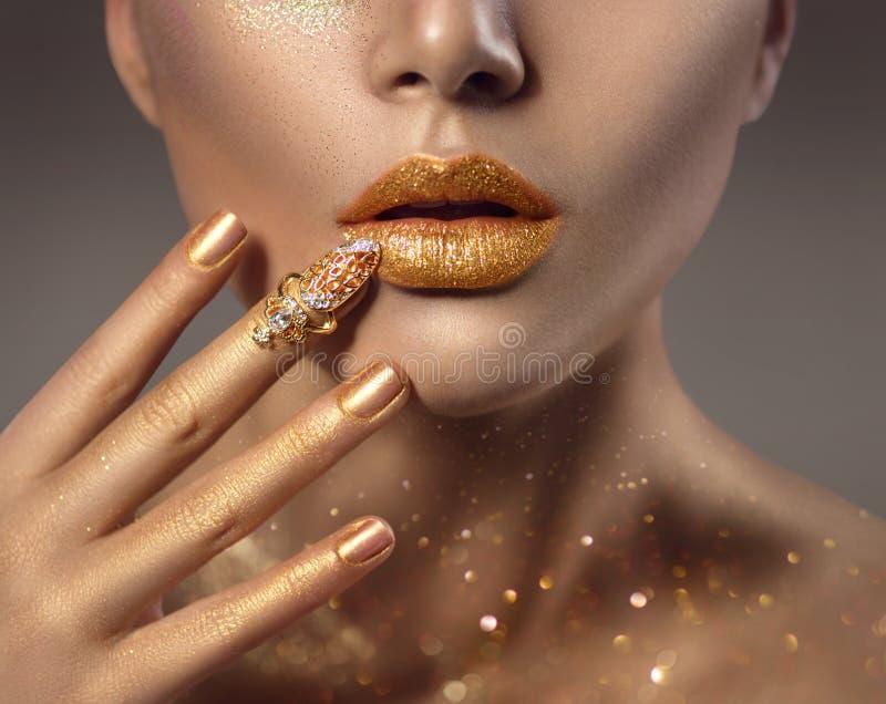 Ritratto dorato del fronte della donna della pelle di arte di modo immagine stock
