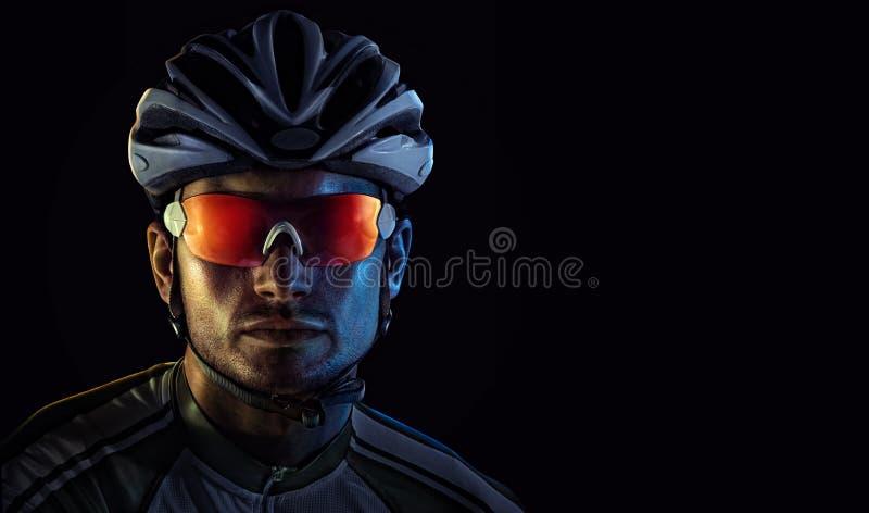 Ritratto drammatico del primo piano del ciclista fotografia stock libera da diritti