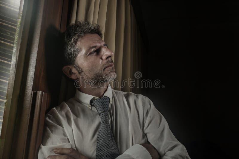 Ritratto drammatico dell'ufficio della luce notturna dell'uomo di affari che lavora tardi tendenza preoccupato e frustrato sulla  immagine stock