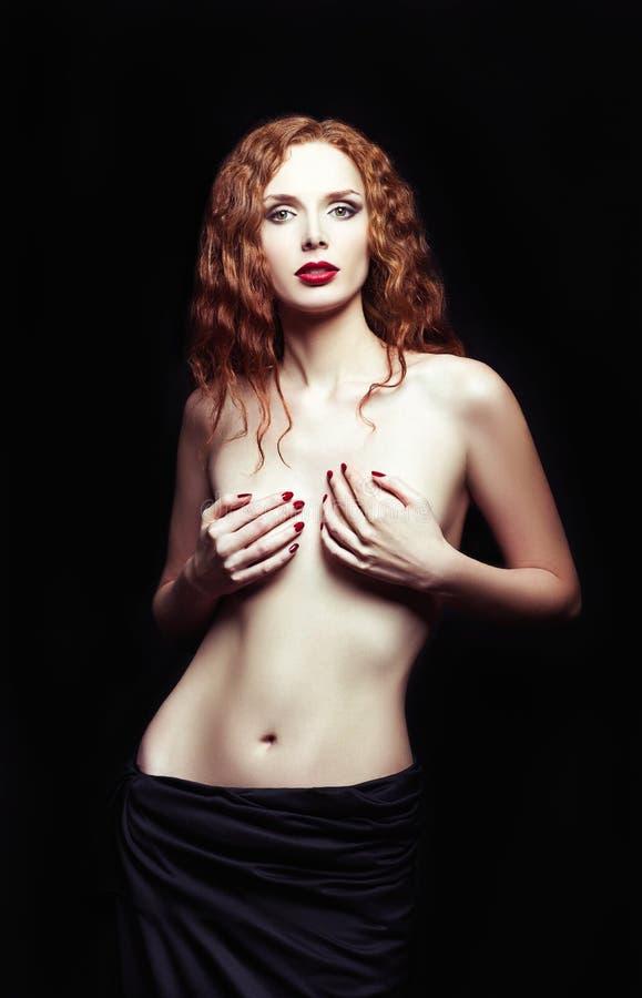 Ritratto drammatico dello studio della ragazza sexy della testarossa immagine stock